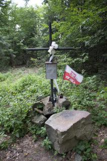 """Szczytniak - krzyż upamiętniający ostatnią koncentracje oddziałów """"Ponurego"""""""